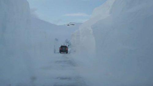 Горная дорога в Норвегии, скрытая под огромной толщей снега (6 фото)