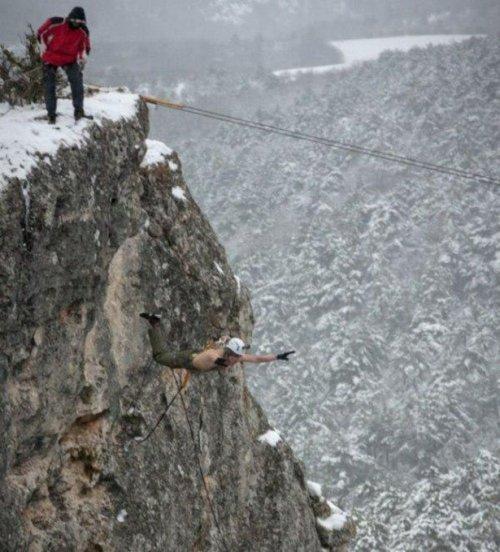 Экстремальный прыжок со скалы с закреплёнными на коже страховочными ремнями (16 фото)