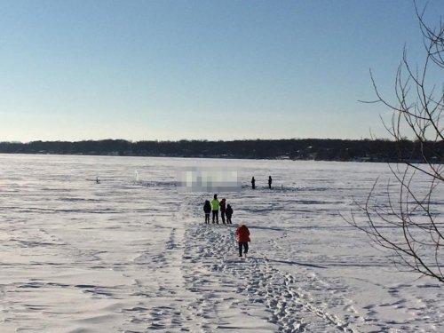 Пятеро друзей возвели Айсхендж на замёрзшем озере Рок (5 фото)