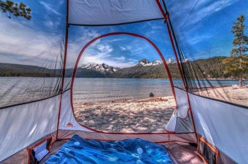 Завораживающие пейзажи из туристической палатки (16 фото)