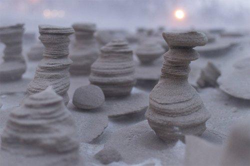 Причудливые песчаные башенки на берегу озера Мичиган (6 фото)