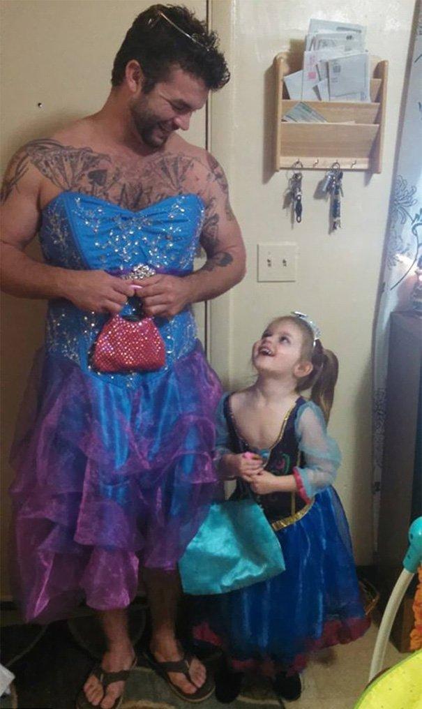 племянница в туалете а дядя смотрит