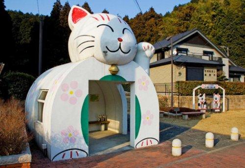 Здания и сооружения в виде кошек (10 фото)