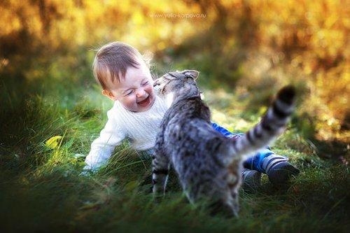 Очаровательные малыши и кошки (34 фото)