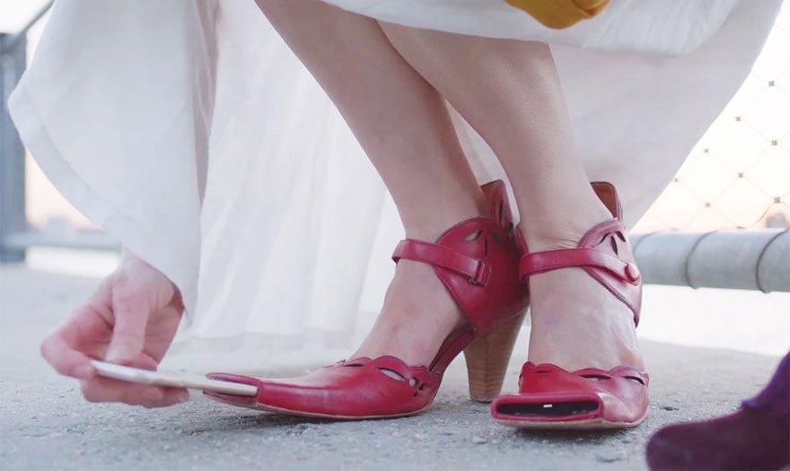 Видео девушки играют туфлями