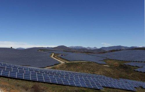 Солнечные батареи на французских холмах (13 фото)