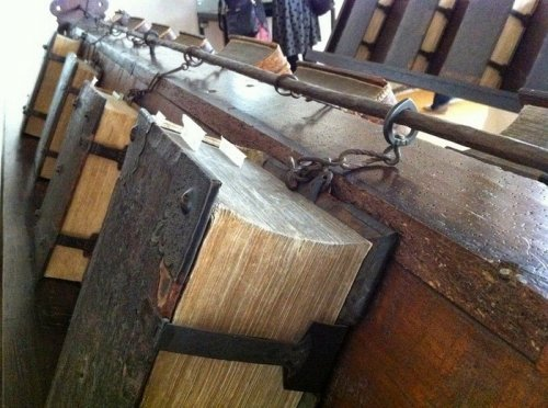 Книги, прикованные цепями (9 фото)