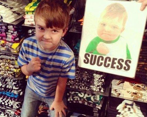 Мальчик, ставший популярным мемом, использует славу, чтобы спасти своего папу (7 фото)