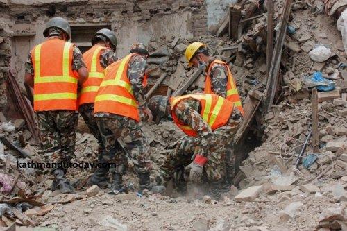 Чудом выживший 4-месячный непальский малыш 22 часа провёл под завалами разрушенного дома (8 фото)
