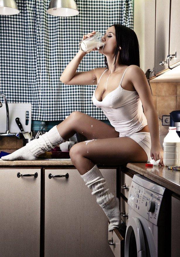мужчины, полуголые девушки на кухне данной странице