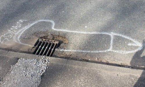 Хлопець малює незвичайні малюнки навколо дорожніх ям, щоб привернути увагу влади до проблеми доріг (7 фото)
