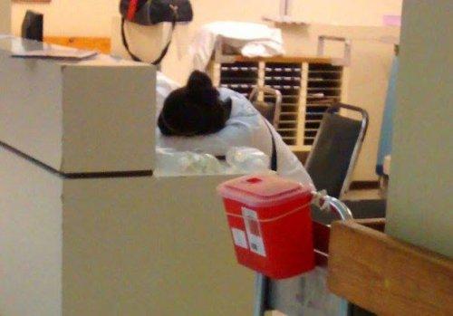 """Международный врачебный флешмоб """"я тоже уснул"""" (30 фото)"""