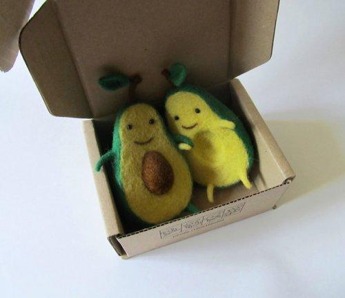 Любовь половинок авокадо (3 фото)