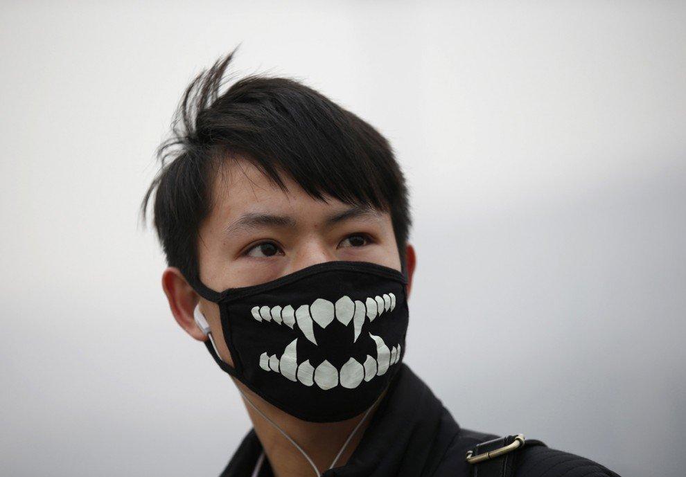 Люди в масках в разных уголках мира (20 фото)