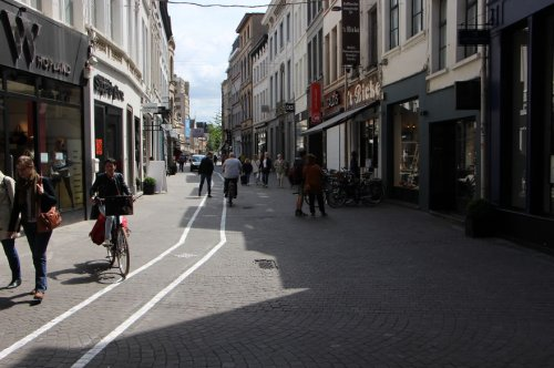 Специальные дорожки для смартфонных зомби в Антверпене (5 фото)