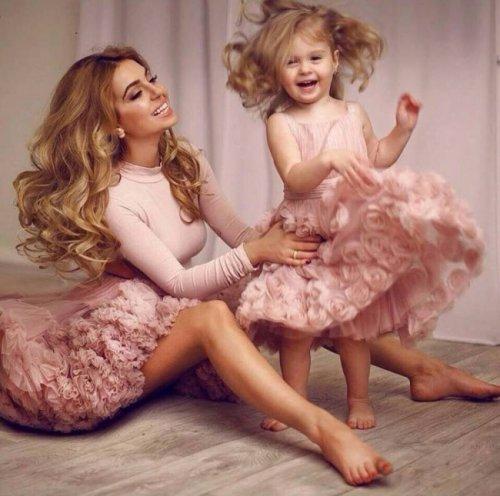 Красавицы мамы и дочки в одинаковой одёжке (32 фото)