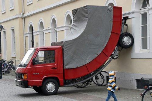 Штраф за незаконную парковку арт-объекта (3 фото)