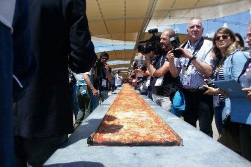 В Италии приготовили самую длинную в мире пиццу (3 фото)