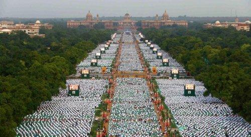 Первый Международный день йоги отметили в 192 странах мира (20 фото)