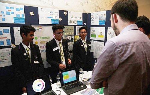 Студенты-тинейджеры изобрели презерватив, меняющий цвет при обнаружении ИППП (3 фото)