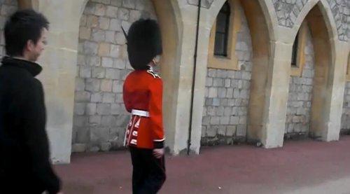 Солдат Королевской гвардии лучше не злить
