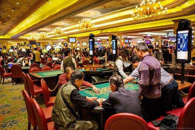 Посетители казино в фотографиях играть бесплатные игровые автоматы 777