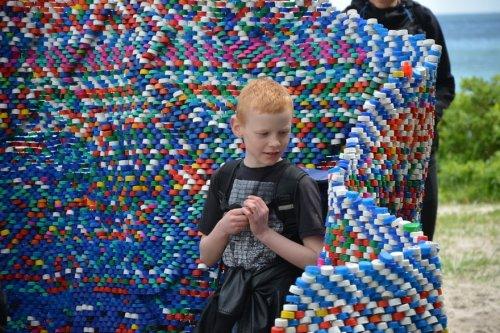 Арт-объект из пластиковых крышек (5 фото)