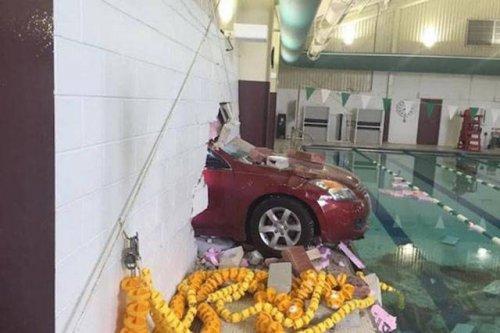 Необычные аварии и впечатляющие ДТП (19 фото)