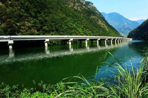 Необычный мост в Китае, построенный по течению реки (4 фото)