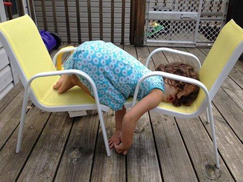 Малыши, которых сон застал в самых неожиданных местах (17 фото)