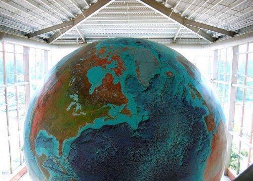 """Крупнейший в мире глобус Земли """"Eartha"""" (8 фото)"""