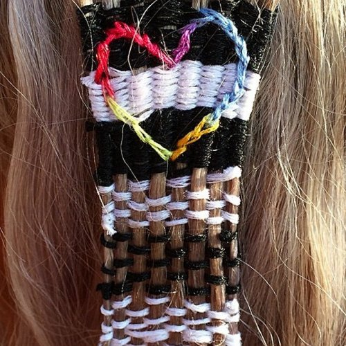 Новый модный тренд: вышивание на волосах (10 фото)