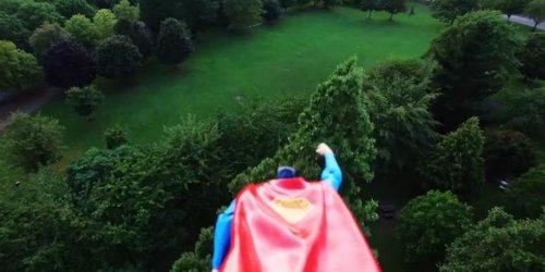 Супермен, летающий над лондонским парком Виктория