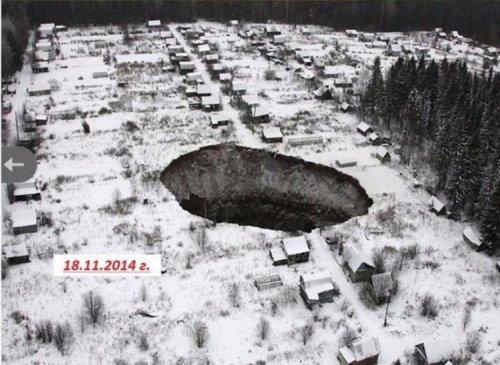 Провал грунта в Соликамске (6 фото)