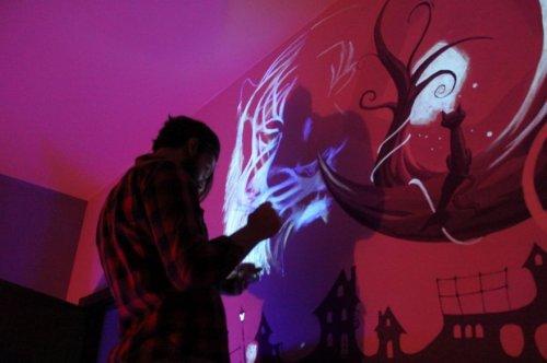Рисунок на стене, светящийся в темноте (9 фото)