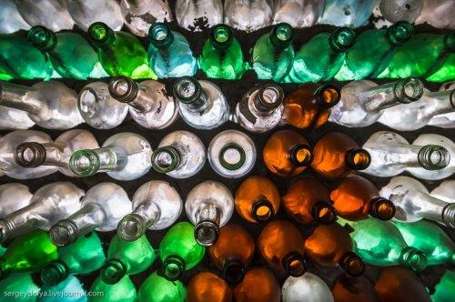 Бутылочный домик на Шпицбергене (6 фото)