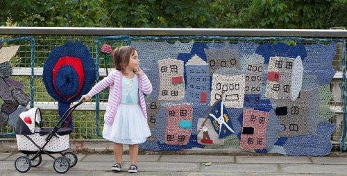 104-летняя британка украшает свой город вязаными изделиями (7 фото + видео)