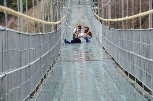 Самый длинный стеклянный мост открылся в Китае (9 фото)