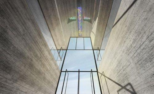 Церковь в форме креста, встроенная в скалы (12 фото)