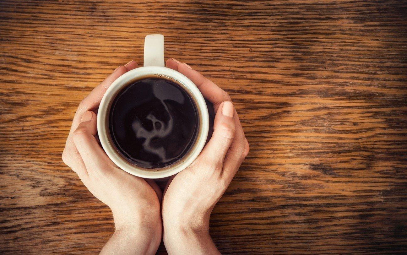 фотообои с кружкой кофе в руках