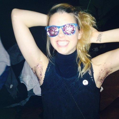 Новый тренд в Instagram: женские подмышки в блёстках (11 фото)