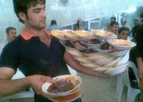 Официанты, которым лучше не ставить подножку (15 фото)