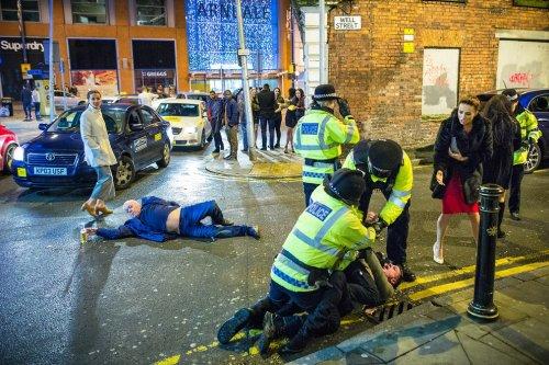 Художественные пародии на фотографию пьяного англичанина (8 фото)