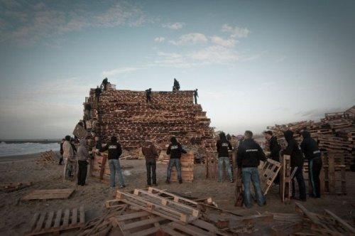 Накануне Нового года жители района зажгли крупнейший костёр в Нидерландах (9 фото)