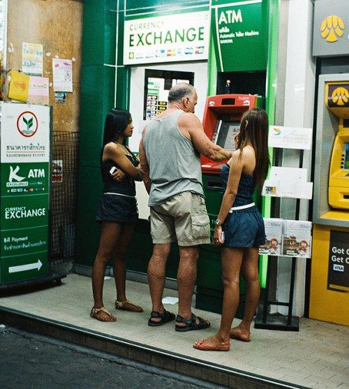 Как снять деньги с банкомата в разных странах (19 фото)