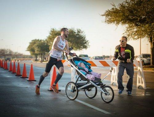 Мужчина выиграл полумарафон с дочерью в детской коляске (7 фото)