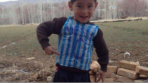 Афганский мальчик получил футболку от Лионеля Месси (7 фото)