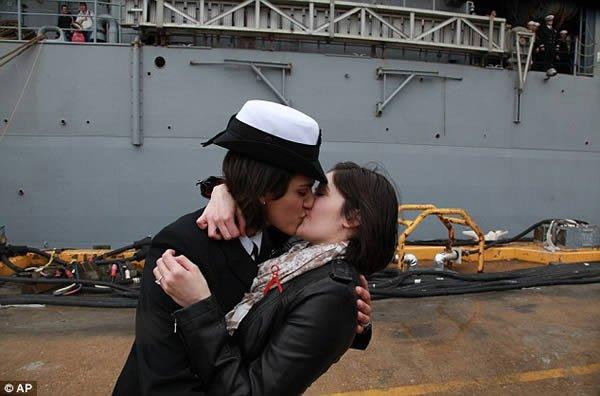 Поцелуи лесбиянок на пляже фото 627-860