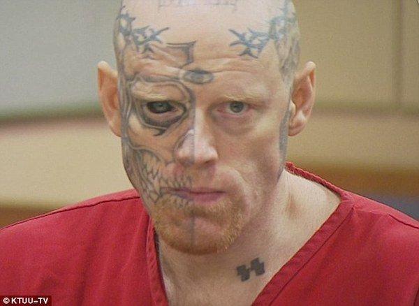 Татуировка на лбу член