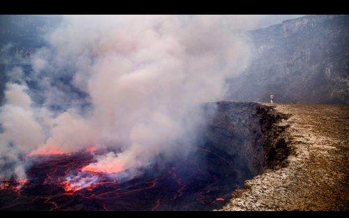 Лавовое озеро в кратере действующего вулкана сфотографировали с помощью дрона (10 фото)